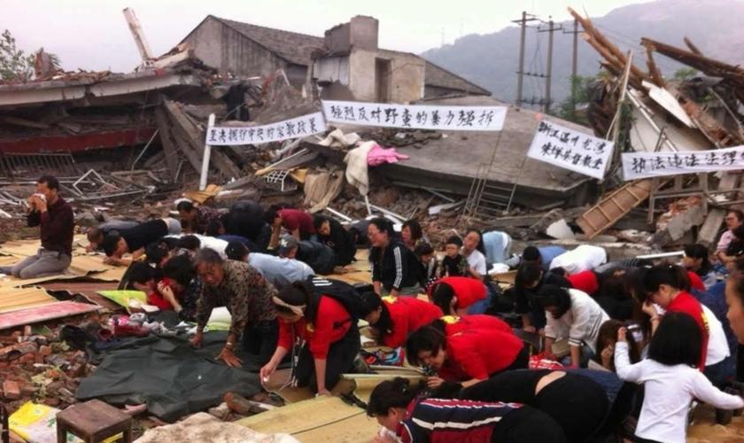 Cristãos se ajoelham nos escombros de uma igreja demolida . (Foto: Reprodução / China Aid)