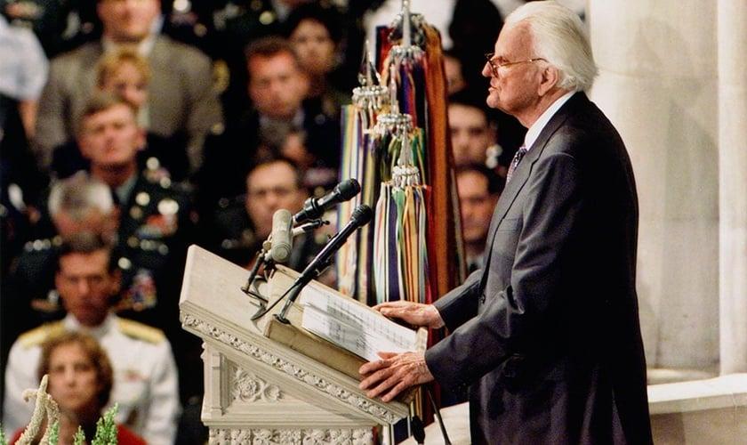 Billy Graham na Catedral Nacional de Washington, em 14 de setembro de 2001, ministrando ao povo americano. (Foto: Billy Graham Evangelistic Association).