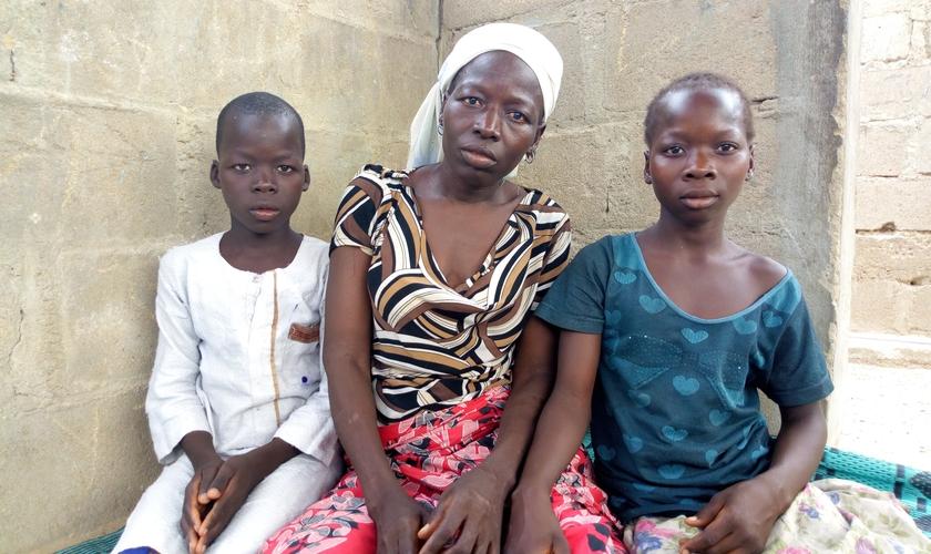 Em ataque de Fulanis, Juliet Yohanna e seus cinco filhos permaneceram dentro do buraco por quatro dias. (Foto: Aid To The Church In Need).