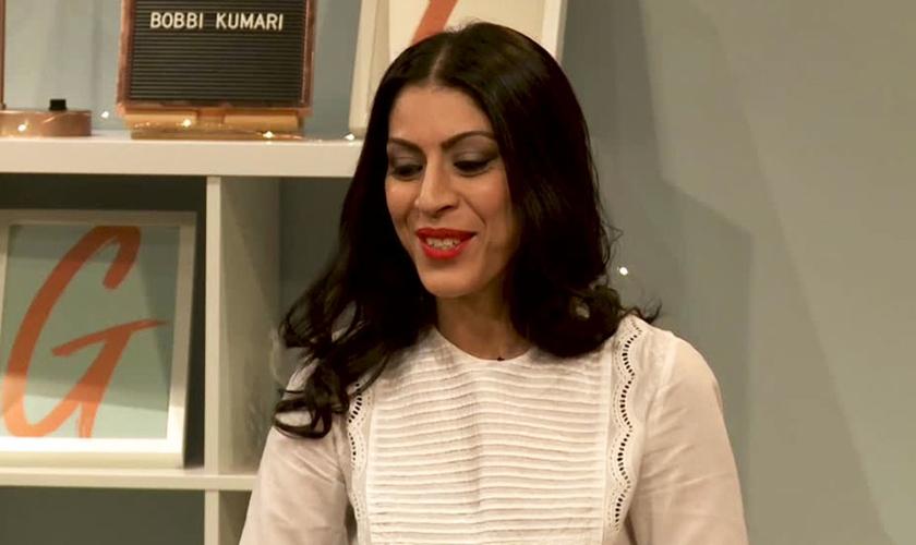 Bobbi Kumari testemunhando sobre seu encontro com Jesus. (Foto: Reprodução / GOD TV)