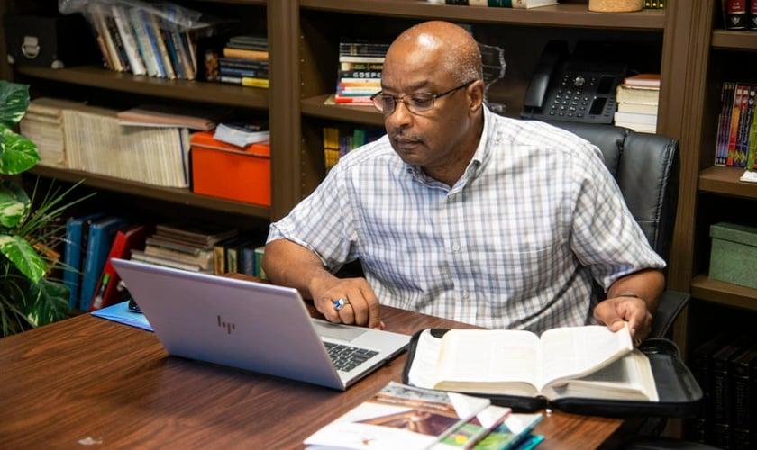 Barry Calhoun ganhou o pai para Jesus durante um estudo bíblico em família na pandemia. (Foto: David Clanton).
