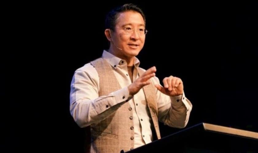 Christopher Yuan, pregando em evento de 2018. (Foto: Reprodução Christian Post)