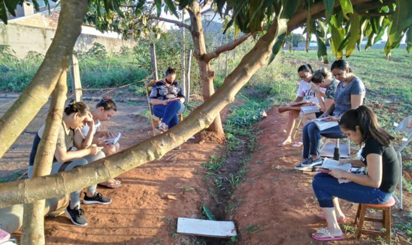Os moradores da Rua dos Ypês, na cidade de Cosmópolis, passaram a se reunir todos os dias para orar e ler a Bíblia. (Foto: Gazeta de Cosmópolis).
