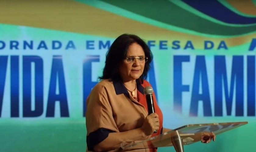"""Ministra Damares Alves, no evento """"Jornada em Defesa da Vida e da Família"""", dia 20 de setembro de 2021. (Foto: Reprodução: YouTube)."""