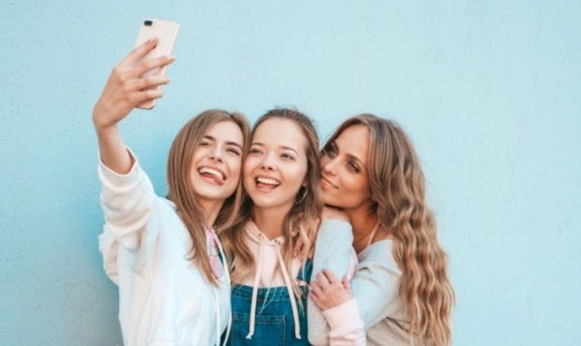 Garotas tirando selfie. (Foto ilustrativa: Freepik)
