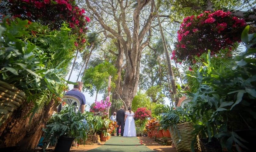 Jonas e Taynara se casaram no início de setembro, no mesmo lugar onde se conheceram. (Foto: Arquivo pessoal).