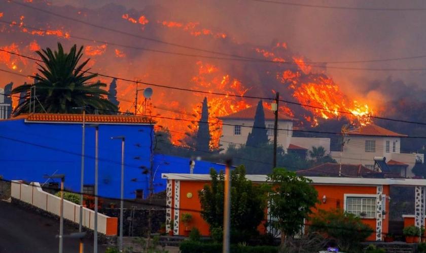 Casas são atingidas por lava de vulcão, nas Ilhas Canárias. (Foto: Borja Suarez/Reuters)