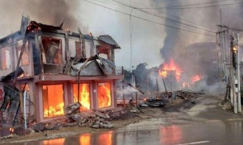Pelo menos 18 casas e um prédio do governo foram queimados no município de Thantlang, no estado de Chin, em 18 de setembro, durante um confronto entre exército birmanês e as forças de resistência. (Foto: AFP)