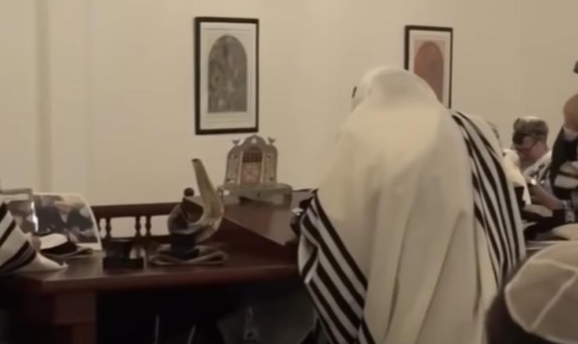Judeu fazendo orações segundo a Torá. (Foto: Reprodução / GOD TV)
