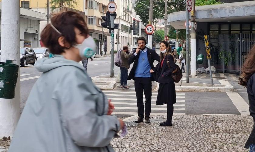 A organizadora da ocupação, Daniela Abade e, ao fundo, cristãos da campanha surpreendidos. (Foto: Bárbara Muniz Vieira/G1)