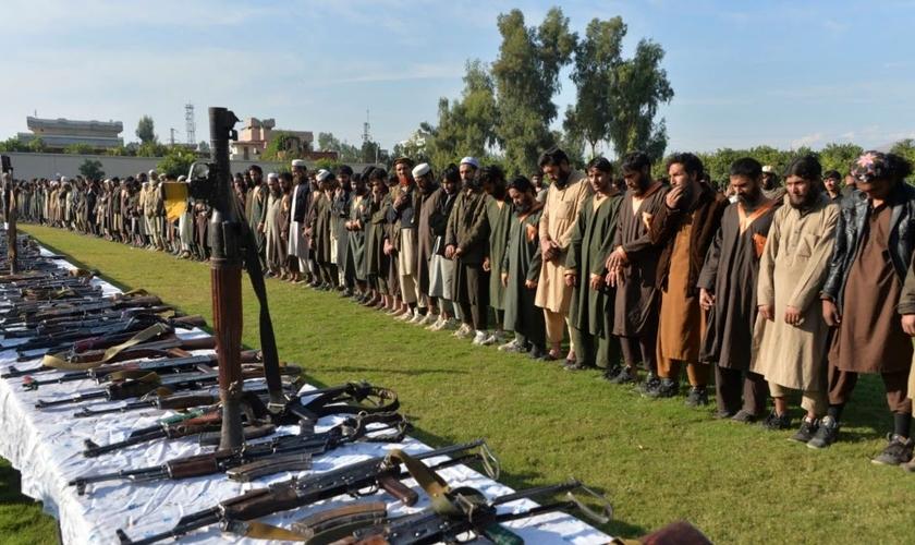Membros do Estado Islâmico (EI) em Jalalabad, no Afeganistão, em foto tirada em 2019. (Foto: AFP)