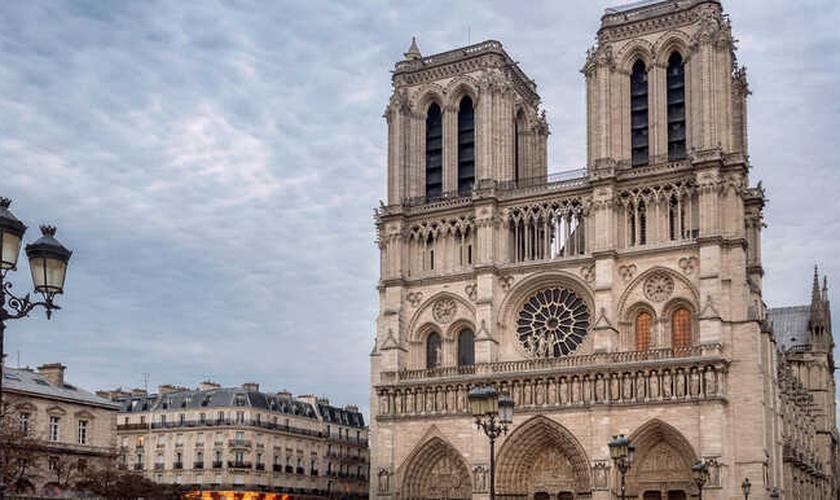 Catedral de Notre-Dame antes do incêndio ocorrido em 2019. (Foto: Reprodução / GetYourGuide)