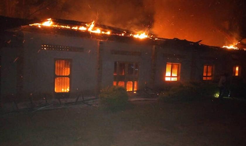 Igreja Bukomero Miracle Center envolta em chamas às 4h da manhã de quarta-feira (15). (Foto: Reprodução / UGCN)
