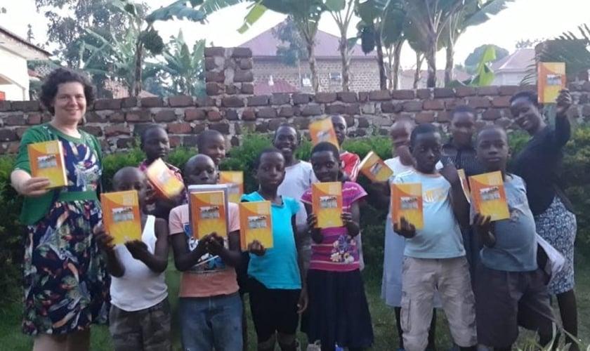 Miriam Tchernousov com seus alunos em Uganda. (Foto: Reprodução / Kehila News)