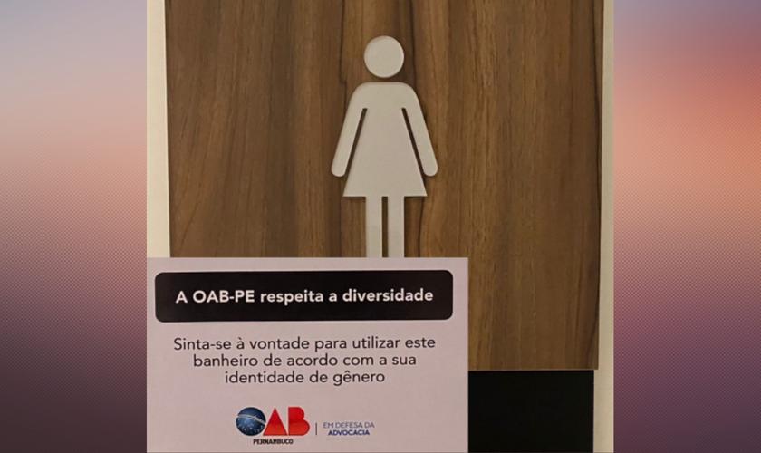 : Placas nos banheiros da sede da OAB-PE para atender ao público transgênero. (Foto: Reprodução / UOL)