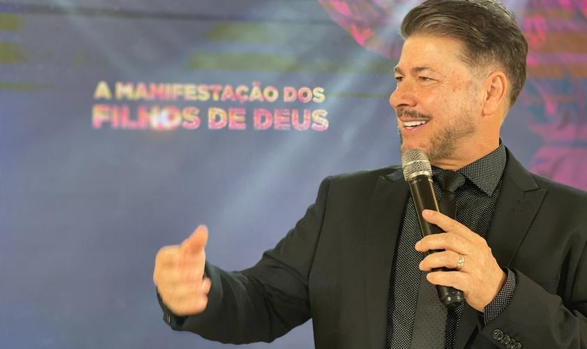 Pastor Joel Engel em ministração na Escola Profética Unção de Elias. (Foto: Ministério Engel)