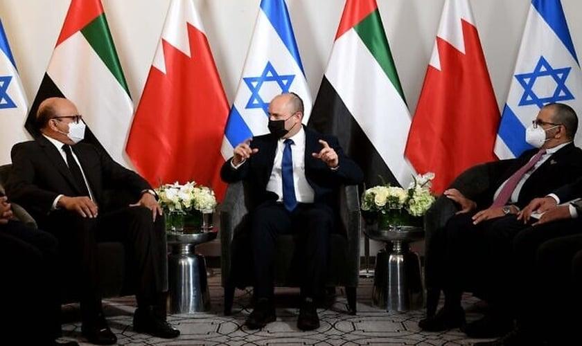 O primeiro-ministro Naftali Bennett [Centro] com o ministro das Relações Exteriores dos Emirados Árabes Unidos, Khalifa al-Marar, [à dir.] e o Ministro das Relações Exteriores do Bahrein, Abdullatif Al Zayani [à esq.]. (Foto: Avi Ohayon / GPO)