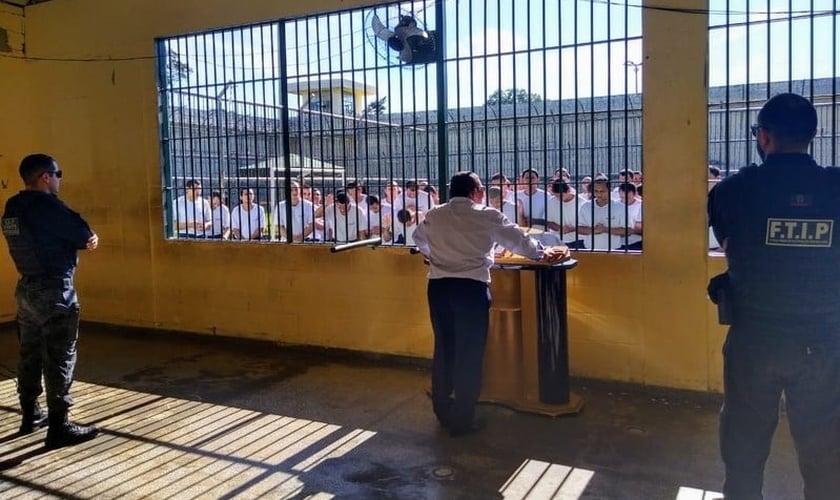 Presos se convertem à doutrina evangélica na cadeia. (Foto: Divulgação)