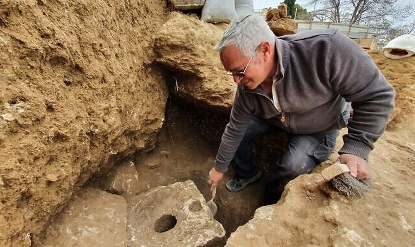 Ao lado do banheiro, os arqueólogos que trabalham no local da escavação descobriram capitéis de pedra que antes ficavam no topo das colunas. (Foto: Yoli Schwartz / IAA)