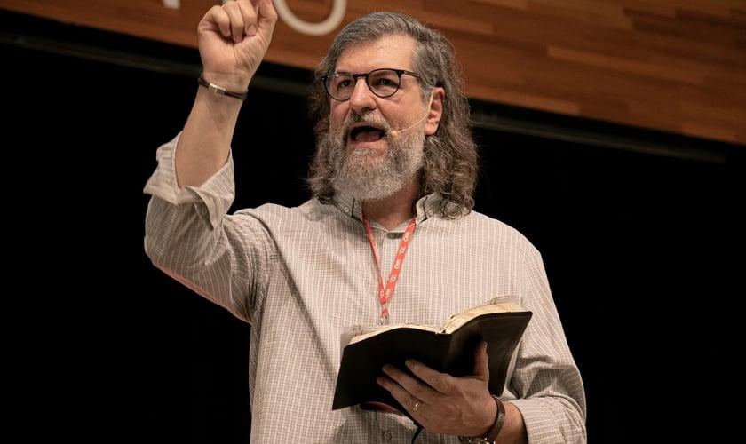 Pastor Carlito Paes durante ministração na Voz dos Apóstolos 2021. (Foto: Marcos Paulo Correa/Guiame).