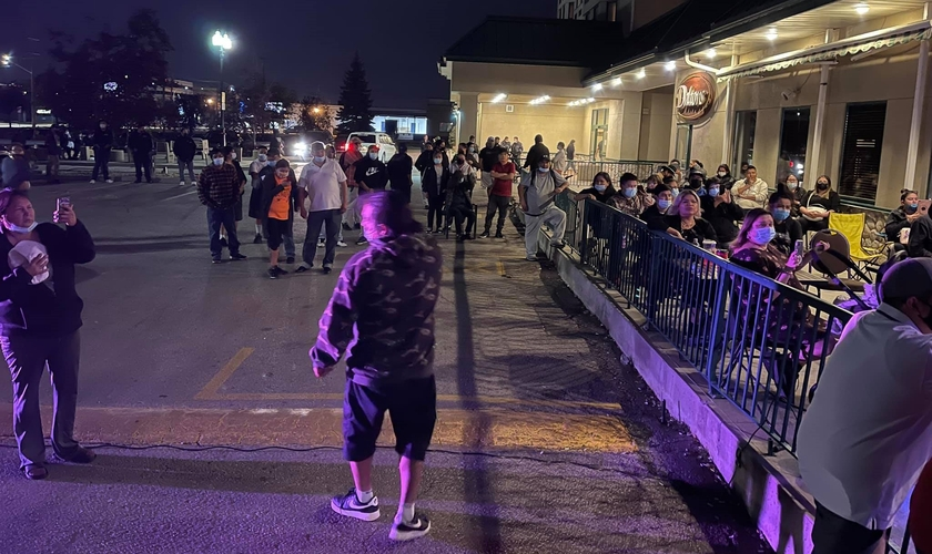 Decisão de levar reunião de adoração para fora de um hotel de Winnipeg fez mais pessoas ouvirem a pregação. (Foto: Reprodução / Marty McLean)