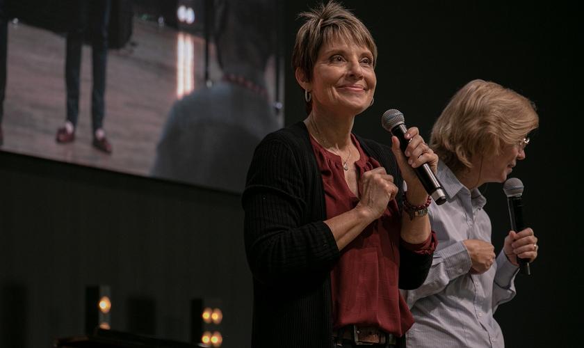 Joanne Moody durante ministração na Voz dos Apóstolos 2021. (Foto: Marcos Paulo Correa/Guiame).