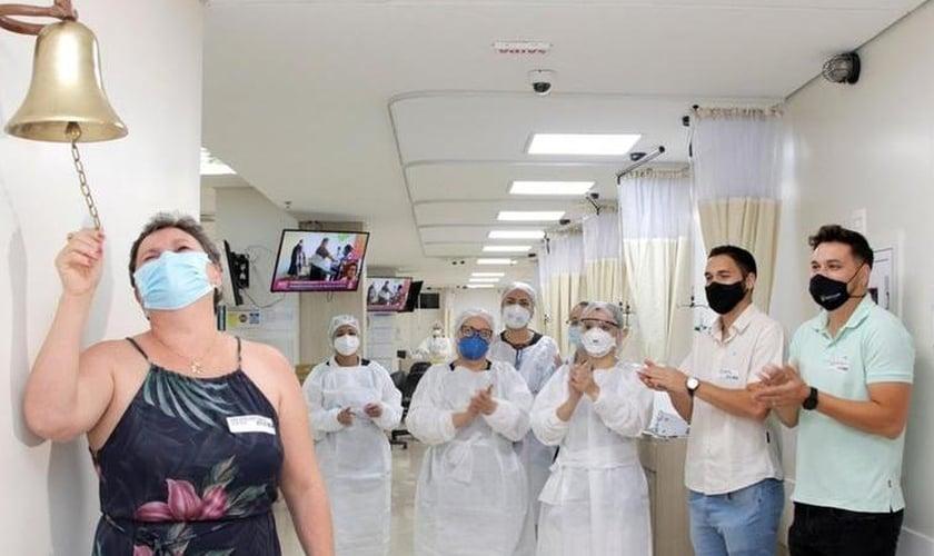 """Geane ao tocar o """"sino da vitória"""" por finalizar o processo de quimioterapia. (Foto: Divulgação/Hospital de Base)"""