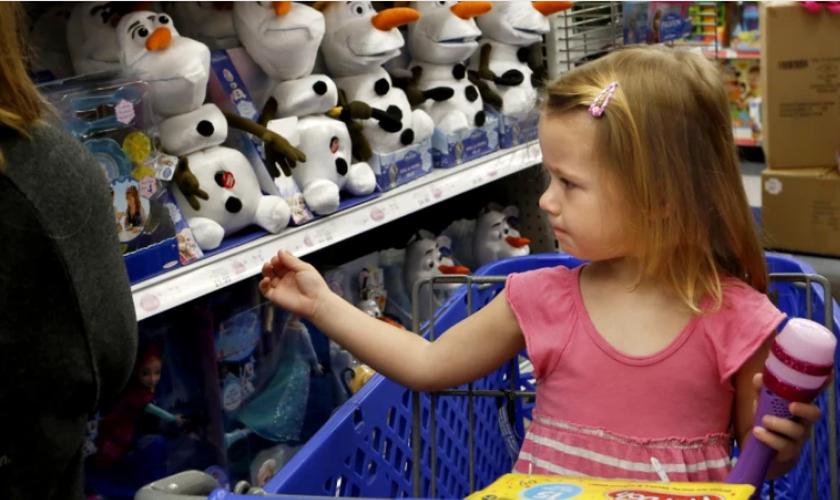 Uma criança olha as prateleiras de mercadorias da Disney na Toys R Us em 2015. (Foto: Anne Cusack / Los Angeles Times)