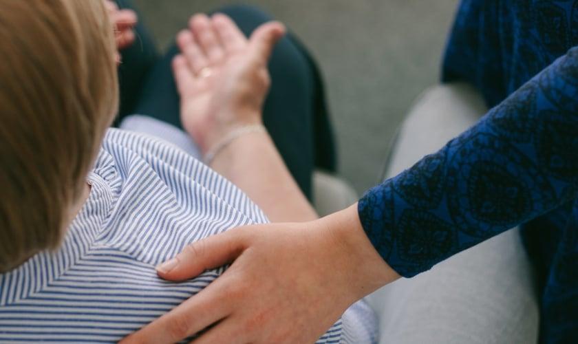 Mulher recebe oração por cura. (Foto: Reprodução / Stjohnsharborne)