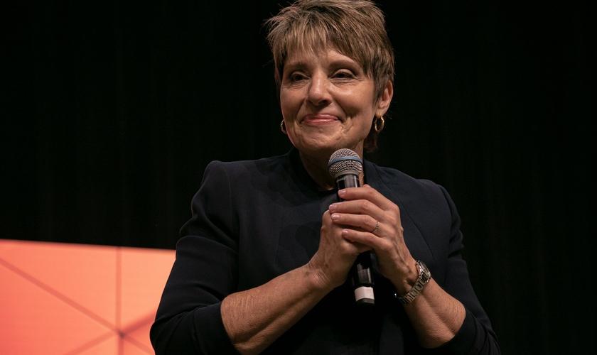 Joanne Moody durante ministração na conferência Voz dos Apóstolos. (Foto: Marcos Paulo Correa/Guiame)