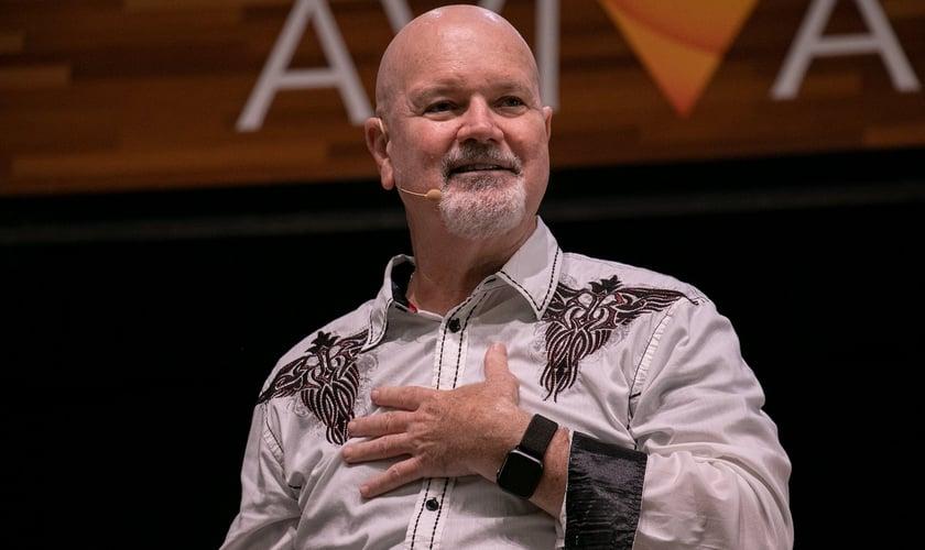 Tom Jones durante ministração na Voz dos Apóstolos 2021. (Foto: Marcos Paulo Correa/Guiame).