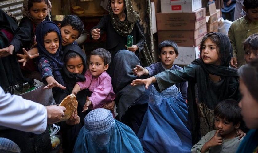 Graças ao canal de TV cristão SAT-7, os jovens afegãos estão tendo acesso ao Evangelho. (Foto: AP Photo/Bernat Armangue).