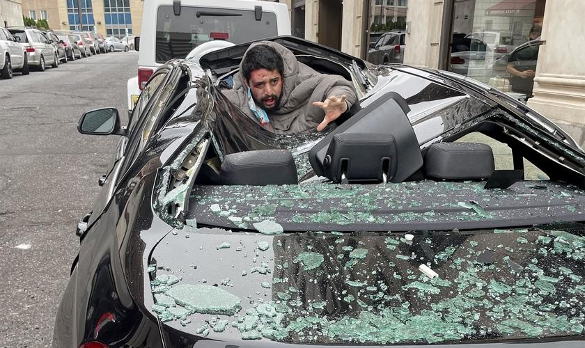 De acordo com testemunhas, o homem caiu sobre o teto de uma BMW. (Foto: Instagram/Christinaabri_)