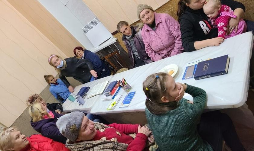 Imagem mostra cristãos participando de estudo bíblico. (Foto: Reprodução / Slavic Gospel Association)