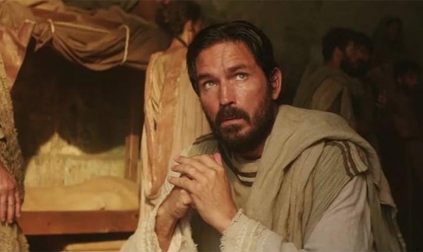 """Jim Caviezel, no papel de Lucas, no filme """"Paulo, o apóstolo de Cristo"""". (Foto: Reprodução / Adoro Cinema)"""