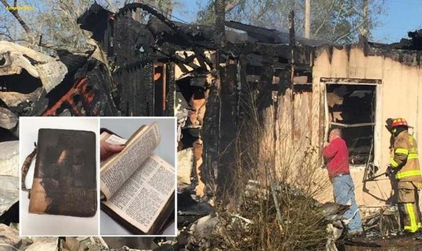 A Bíblia sobreviveu a um incêndio devastador em uma casa, levando o bombeiro às lágrimas. (Foto: Fox News)