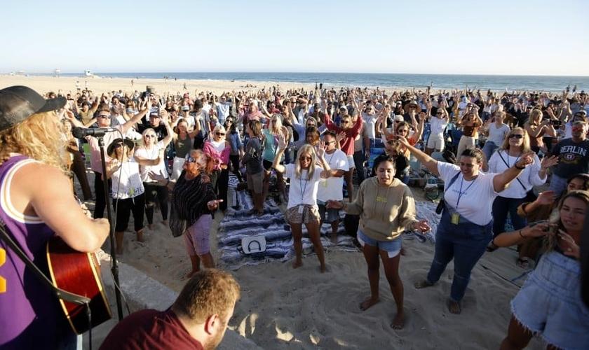 Centenas de pessoas se uniram para adoração em Huntington Beach. (Foto: Raul Roa/Times Community News)