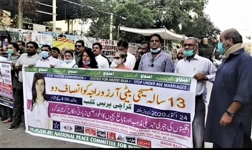 Multidão protesta contra o casamento forçado da jovem cristã Arzoo Raja com um muçulmano d e 45 anos. (Foto: Morning Star News)