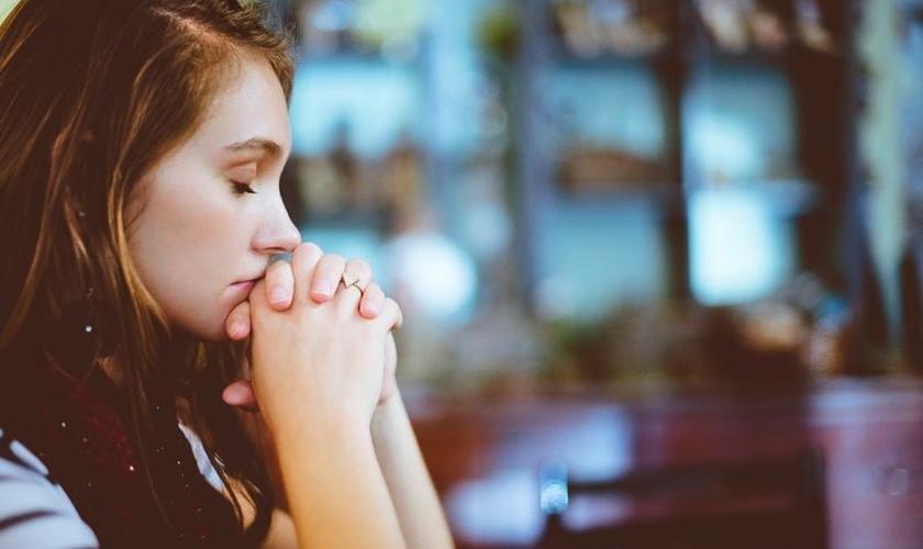 A oração é um ótimo meio para evitar problemas como o estresse. (Foto: Reprodução)