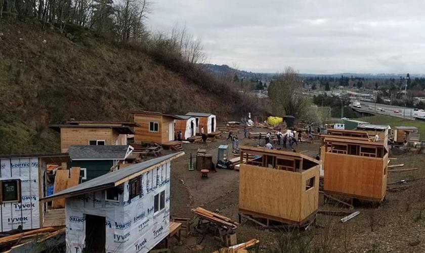Voluntários trabalham para construir casas na Ágape Village, no terreno da Igreja Central do Nazareno. (Foto: Facebook/Agape Village Portland)
