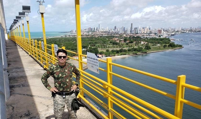 Pastor Rubens Medeiros na Ponte Newton Navarro, em Natal. (Foto: Dinarte Assunção/Agência O Globo)