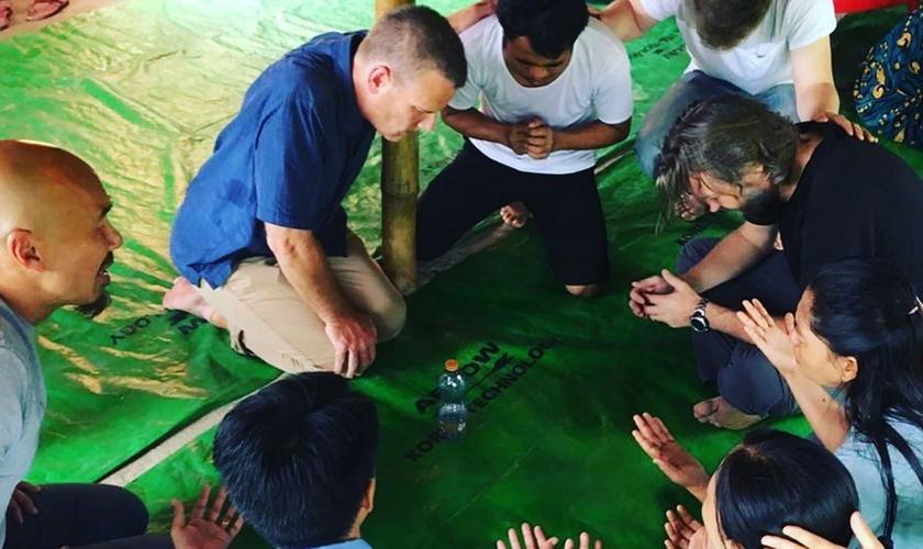 Francis Chan e equipe do ministério Crazy Love ora em viagem a Hong Kong. (Foto: Kevin Kim)