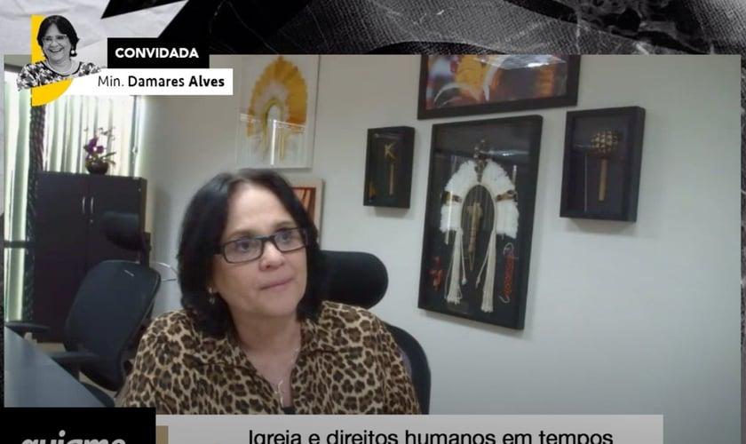 Damares Alves foi a convidada para a live do Guiame na última terça-feira (2). (Imagem: Guiame)