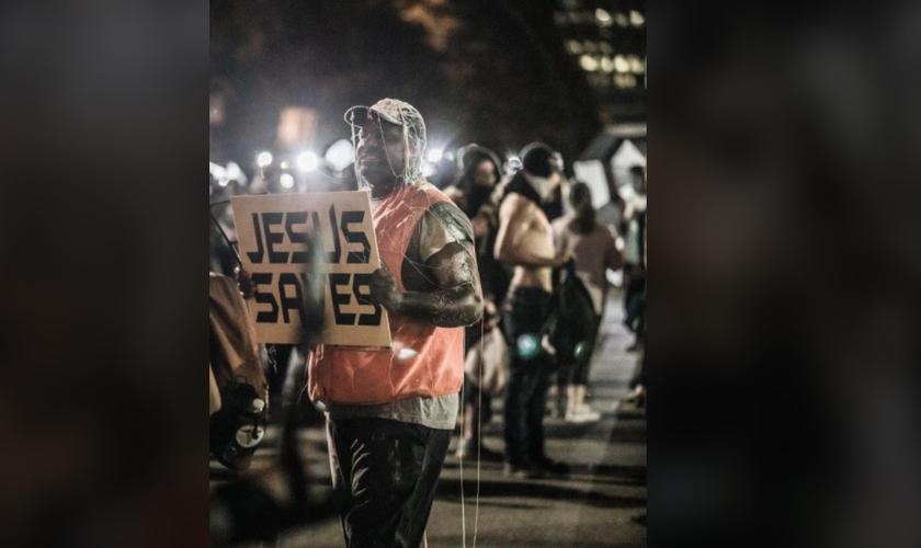Sam Bethea é um ex-presidiário que se converteu e hoje usa seu tempo para pregar nas ruas de Charlotte, EUA. (Foto: Facebook)