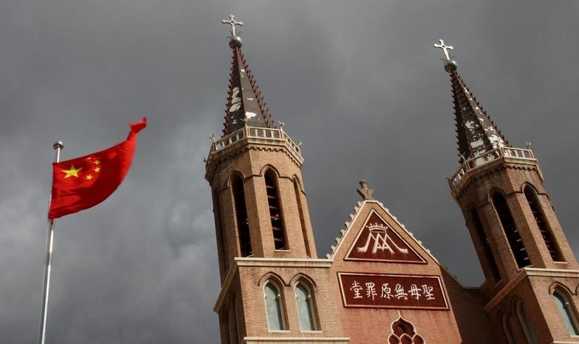 Bandeira chinesa hasteada em frente a uma igreja católica na província de Hebei. (Foto: Reuters/Thomas Peter)