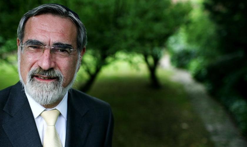 Líder da maior sinagoga do Reino Unido, o rabino Jonathan Sacks tem uma excelente relação com ateus convictos. (Foto: The Times UK)