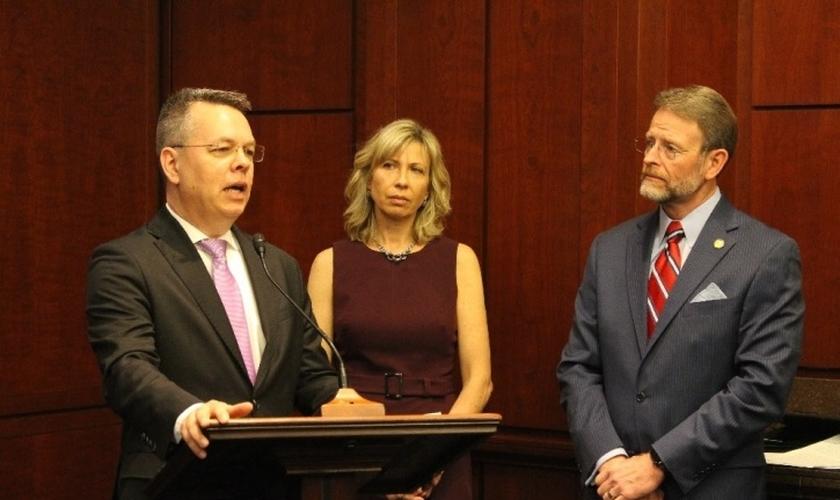 Pastor Andrew Brunson em discurso no Capitólio dos Estados Unidos, ao lado de sua esposa, Norine. (Foto: USCIRF)