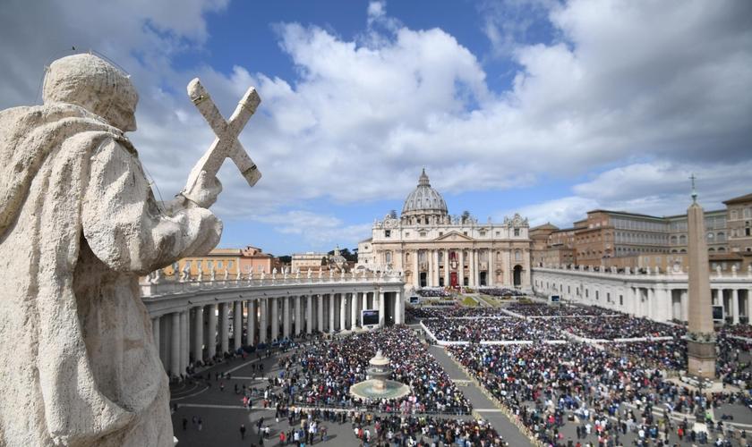 Imagem de arquivo mostra milhares de fiéis reunidos na praça da basílica de São Pedro. (Foto: Pier Paolo Cito/AP)
