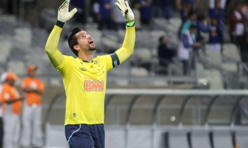 O goleiro Fábio, do Cruzeiro, credita sua carreira a Deus. (Foto: Dudu Macedo/Fotoarena/Veja)