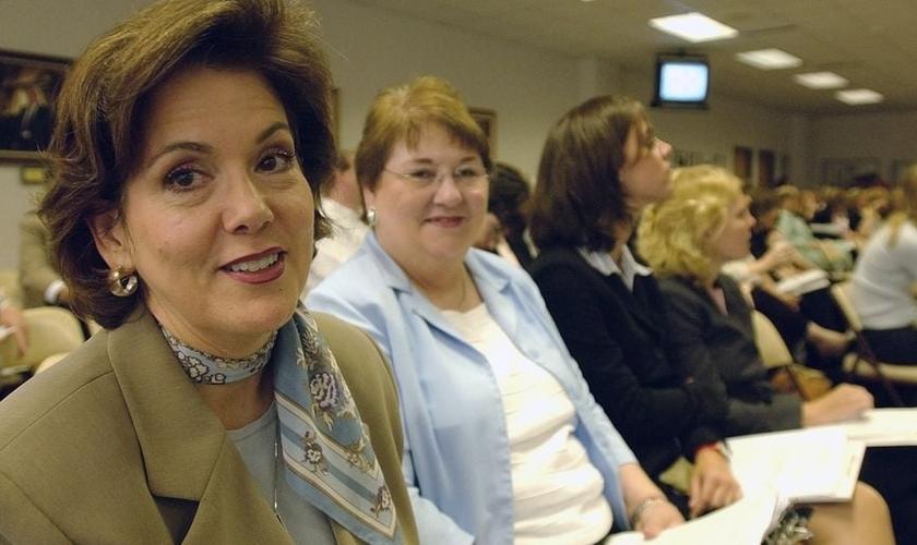 A juíza de paz Dianne Hensley, à esquerda, foi denunciada por se recusar a fazer casamentos homoafetivos. (Foto: AP/Harry Cabluck)